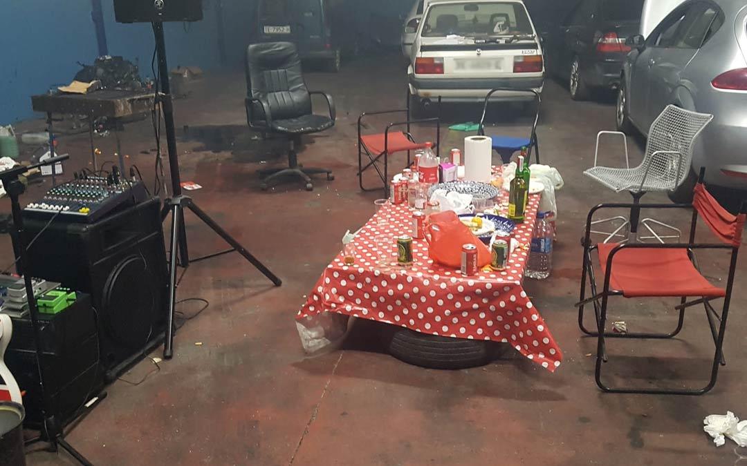 Imagen de archivo de una fiesta intervenida por la Policía Local./Policía Local Alcañiz