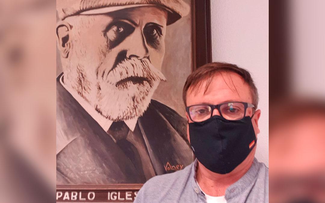 Alejo Galve en una foto con uno de sus referentes, el socialista Pablo Iglesias. / L. C.