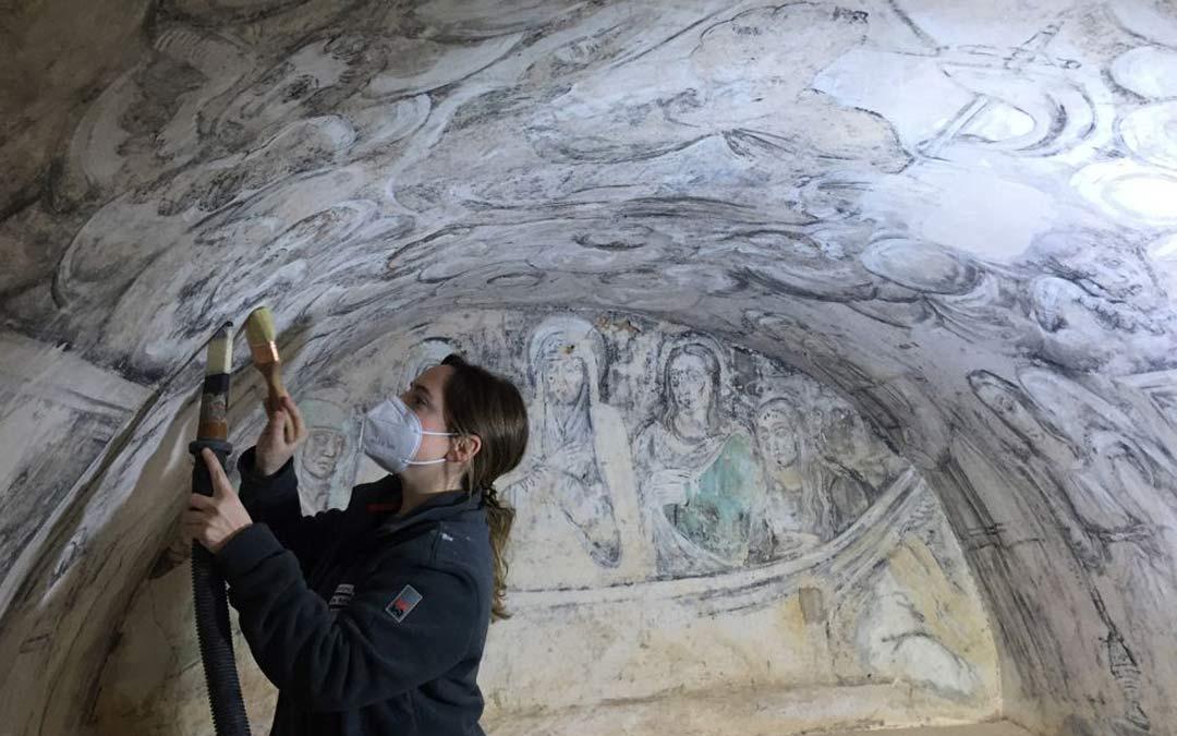 Trabajos de restauración de las grisallas en la Ermita de Bordón./Comarca Maestrazgo