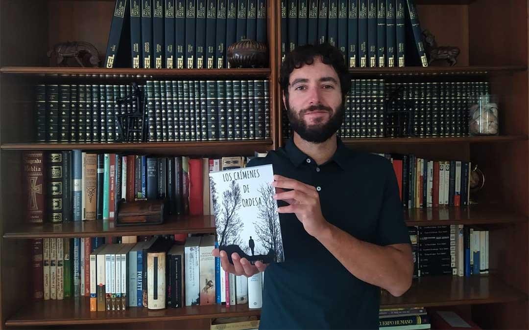 El escritor Héctor Martínez con el libro 'Los crímenes de Ordesa'./ H.M.