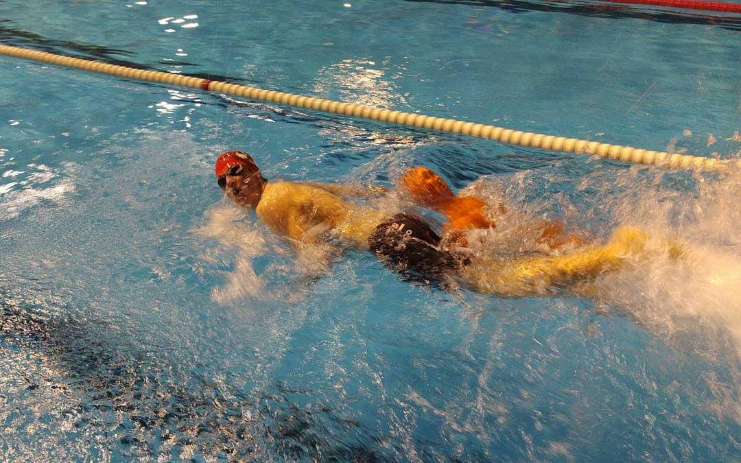 Hugo Fantova en pleno esfuerzo en la piscina cubierta de Caspe. Foto: D.G.