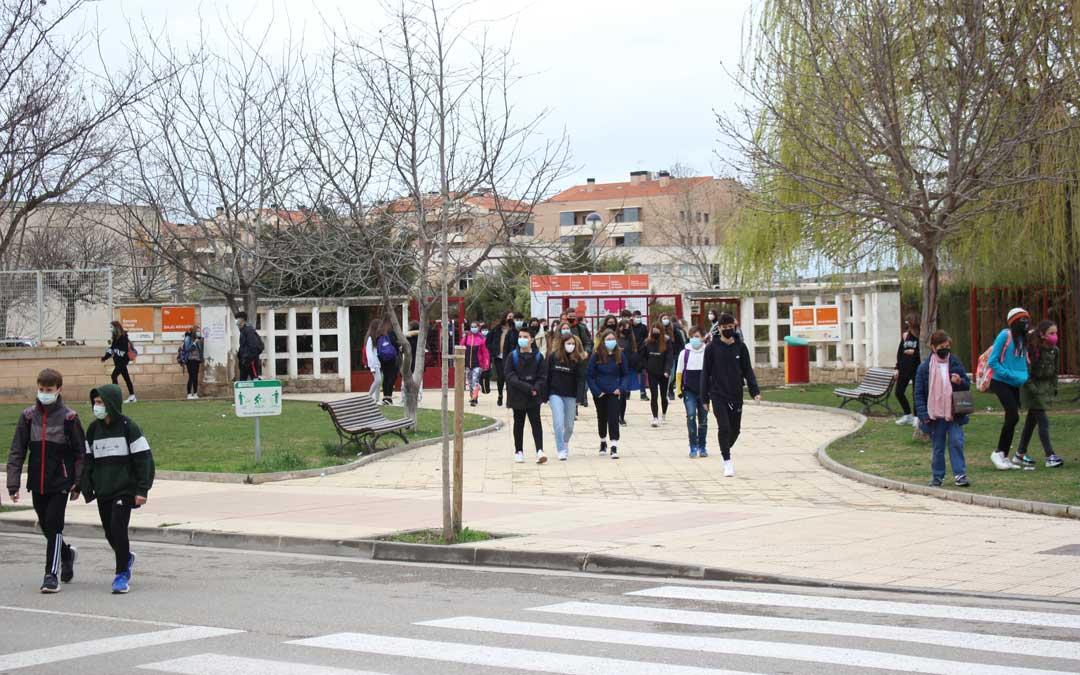 Alumnos saliendo del IES Bajo Aragón de Alcañiz este lunes al mediodía / Héctor Izquierdo
