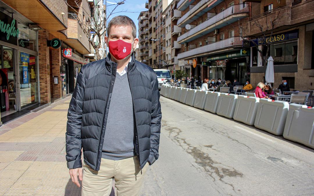 Ignacio Urquizu, esta semana, en la avenida Aragón, la principal arteria económica de la ciudad que vio modificado su aspecto por el covid / L. Castel