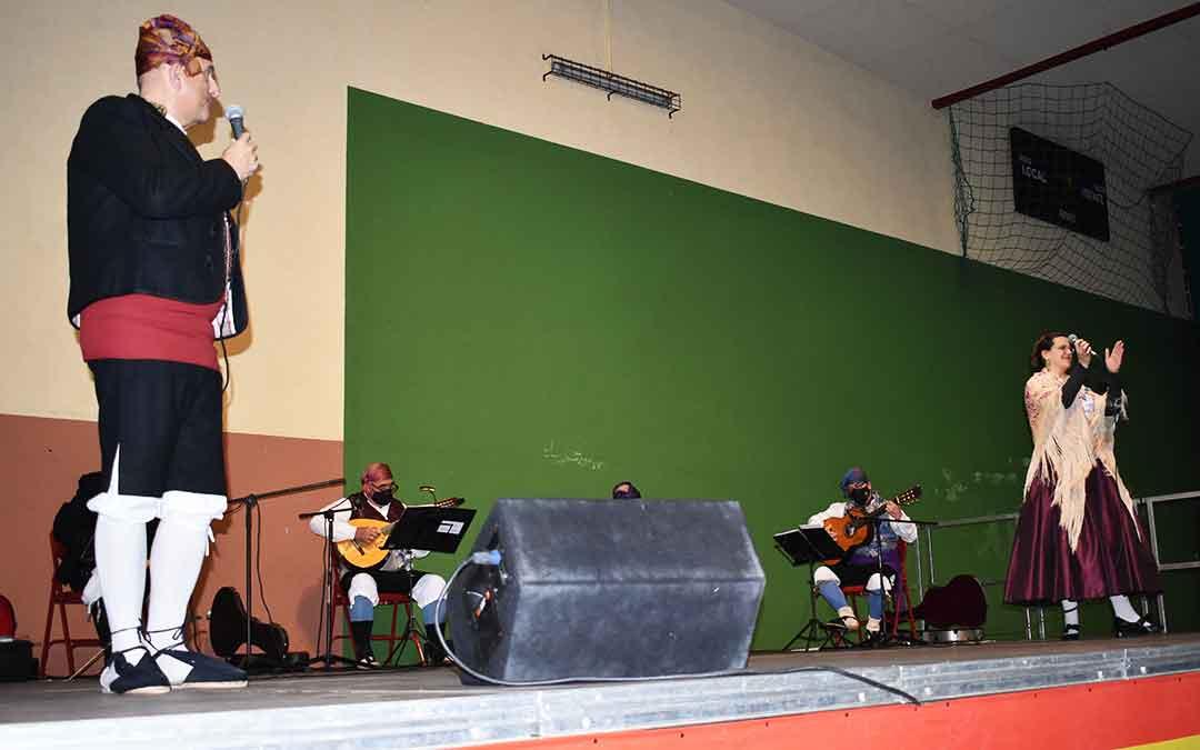 José Luis Urbén cantando una jota junto a la caspolina Marian Altés, este miércoles en el pabellón chipranesco. L.Q.V.