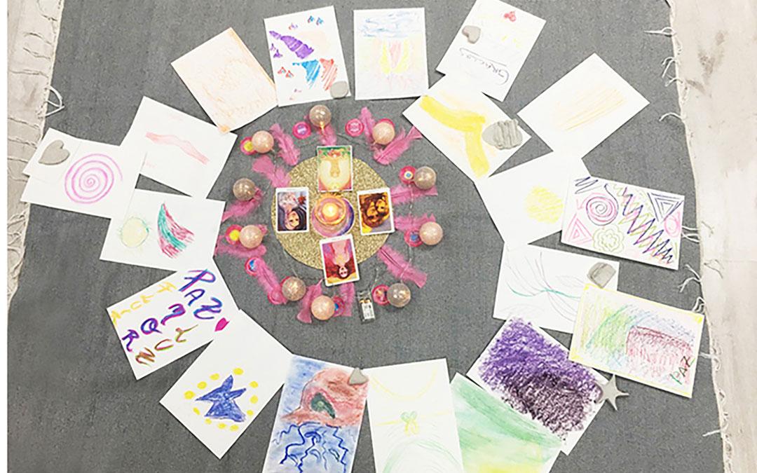 Trabajos en 'Arte intuitivo radiante' en los que las participantes conectan con sus emociones a través de los colores./ Archivo personal