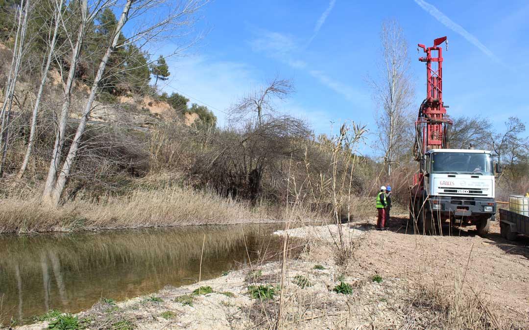 Sondeos a orillas del río Algars en Lledó para hacer otra captación de agua. / B. Severino