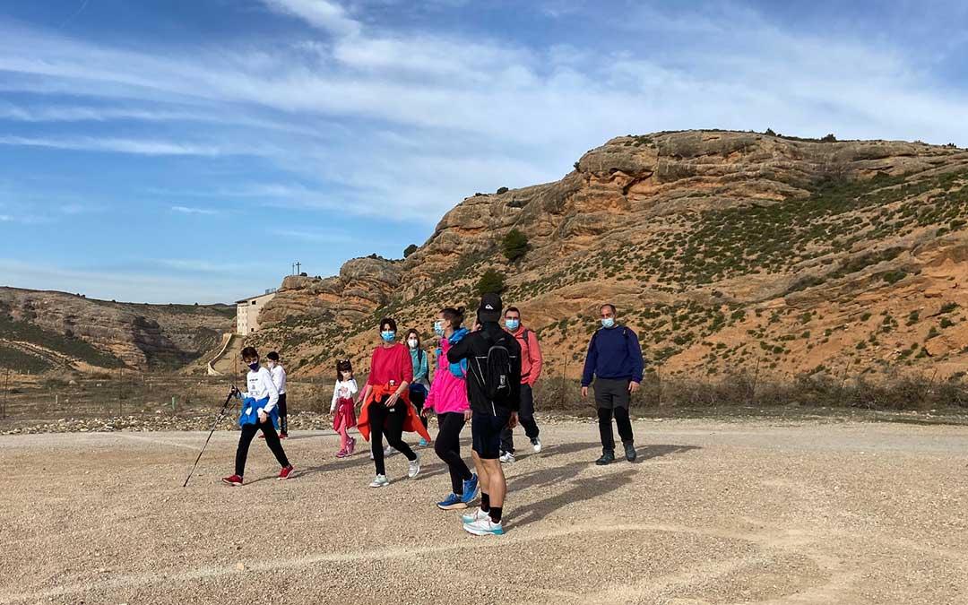 Un grupo durante la marcha senderista, que contó con dos distancias: una corta, de 9 km, y otra larga de unos 15 km./ A.M.