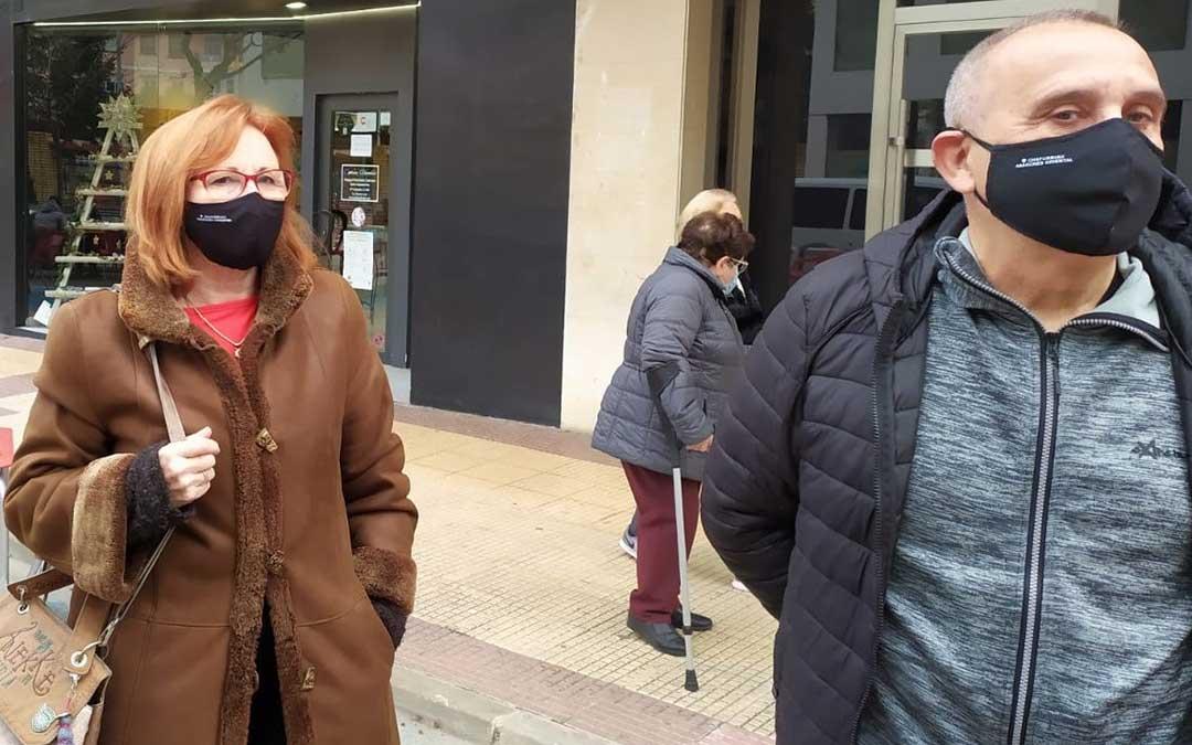 Dos personas portan las mascarillas en defensa del chapurriau./ Grupo Chapurriau Aragonés Oriental