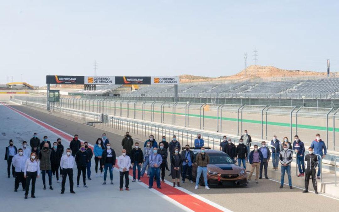 Foto de familia del alumnado del máster de ingeniería Motorsport. / Motorland Aragón