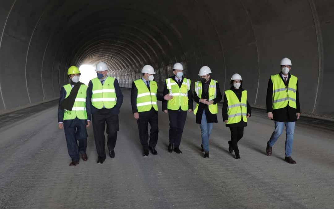 Los responsables políticos visitaron el tramo en obras.