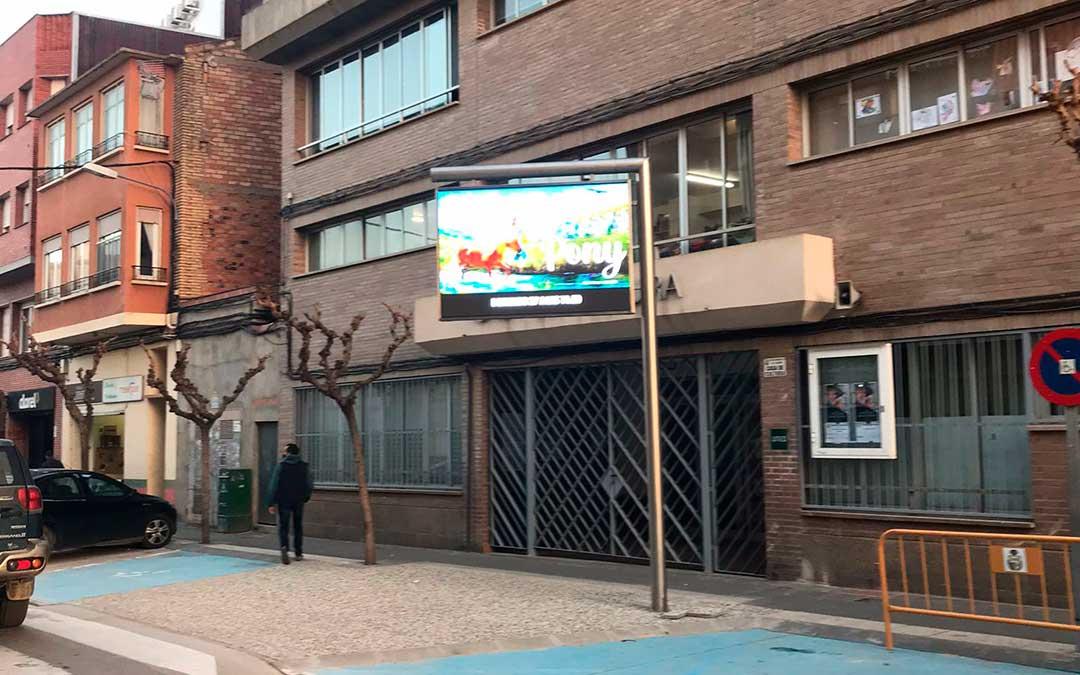 Pantalla recién instalada en la Casa de Cultura, en la calle Gumá. Ayto Caspe.