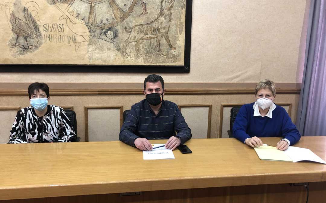 Los tres concejales del PAR este jueves en rueda de prensa. Beatriz Altaba, Eduardo Orrios y Berta Zapater / L. Castel