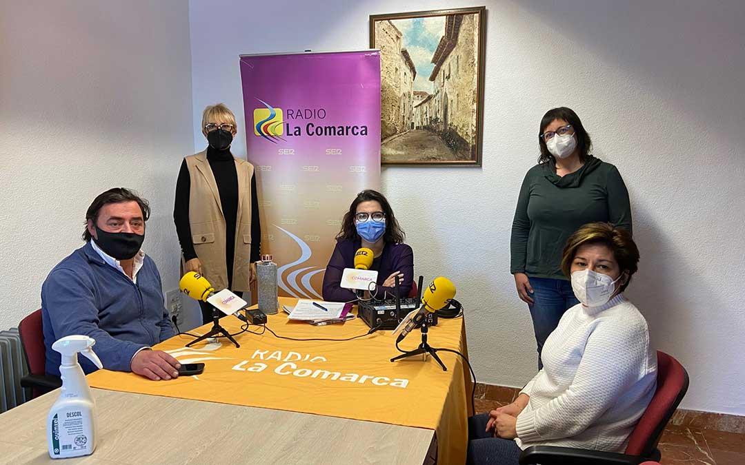 Invitados al programa especial de Radio La Comarca emitido desde el Ayuntamiento de Cantavieja./ L.C.