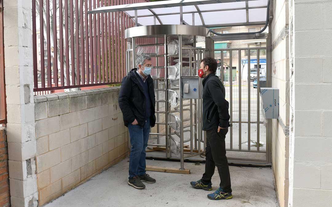 Kiko Lahoz y Carlos Herráez en el torno de acceso a las piscinas de verano / Ayto. Alcañiz
