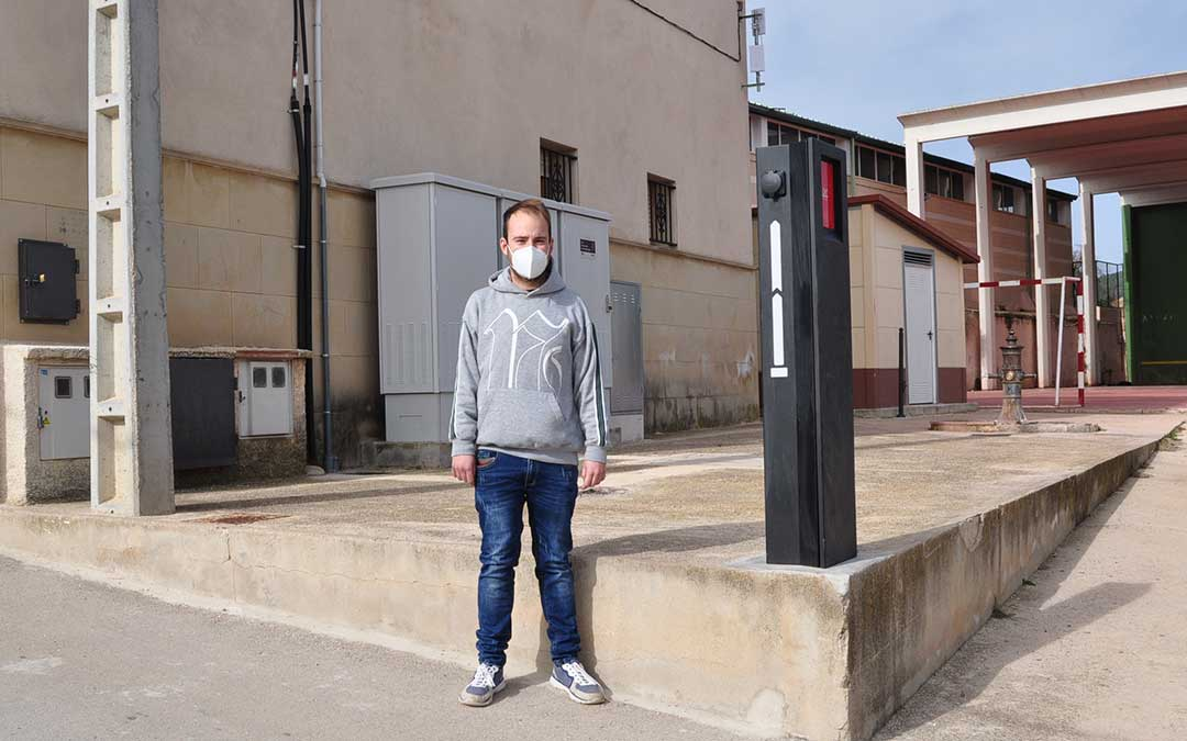 El concejal de cultura, Cristian Berge, junto al poste de recarga eléctrico. J.L.