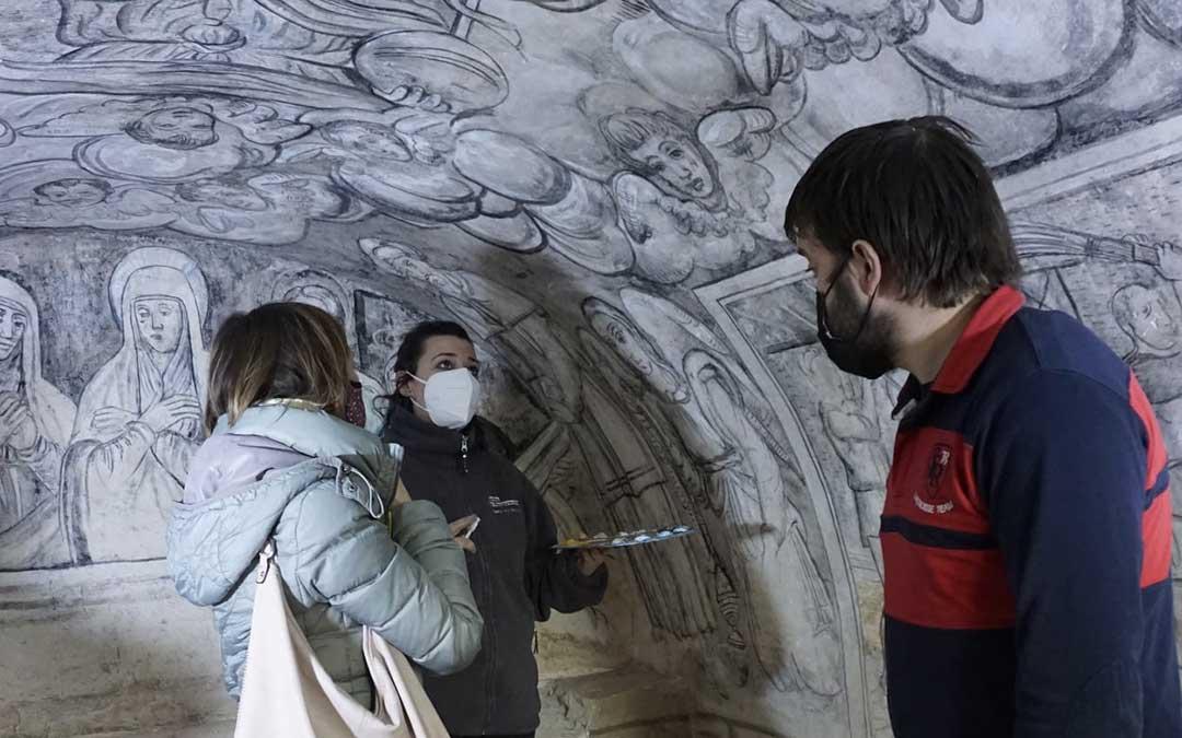 Visita de responsables comarcales a los trabajos de restauración de las grisallas, en Bordón./ Comarca del Maestrazgo