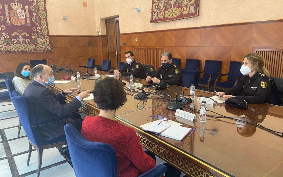Reunión del subdelegado en Zaragoza con el comisario provicial y responsables de la UFAM. / Delegación gobierno
