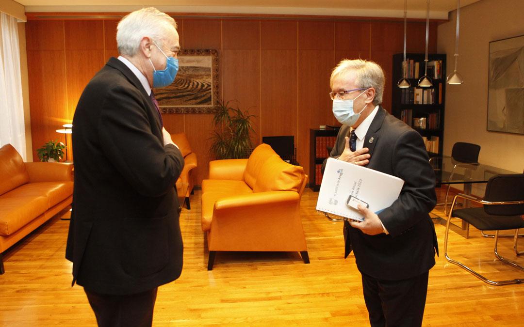 El Justicia de Aragón, Ángel Dolado, entrega el informe de 2020 al presidente de las Cortes, Javier Sada. / Cortes de Aragón