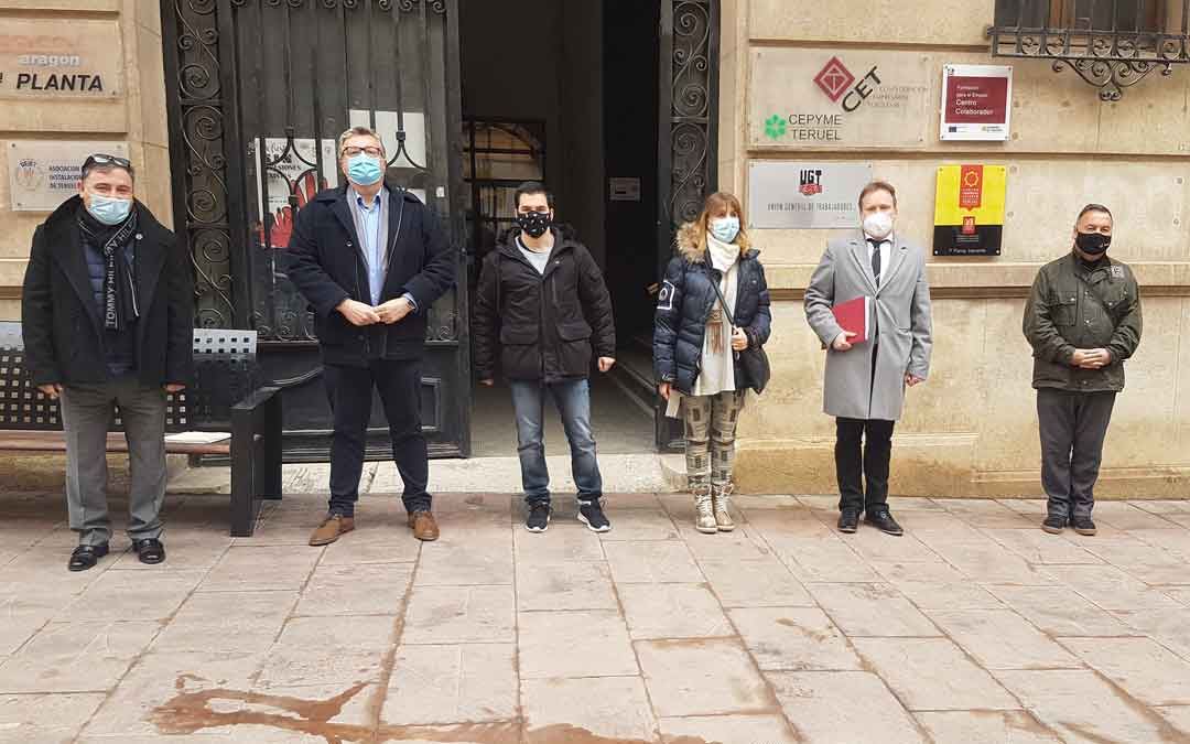 El nuevo presidente Roche Murciano en el centro (de gris) rodeado de miembros de la junta. / TET