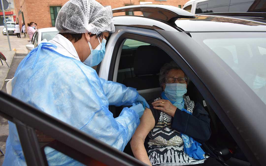 Florentina Pallas Rabinad, de 87 años, recibiendo la vacuna. L.Q.V.
