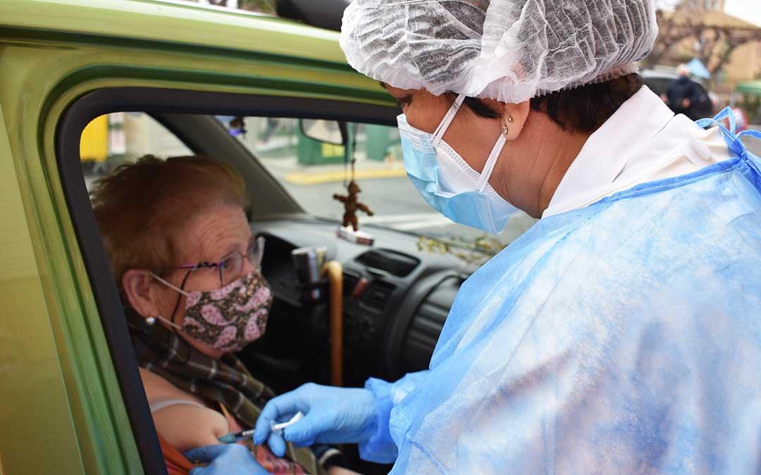 Isabel Barriendos, de 80 años,se ha vacunado desde el coche. L.Q.V.