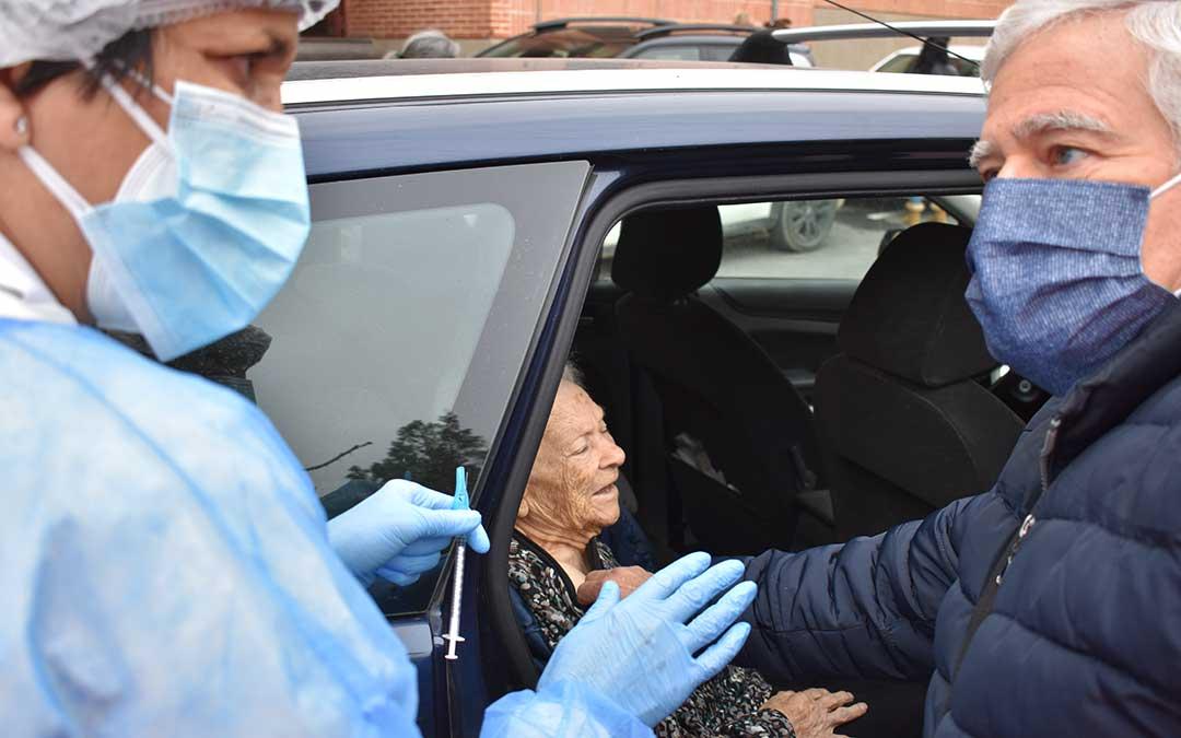 Teresa González, de 97 años, una de las más veteranas de los que han ido a vacunarse. L.Q.V.
