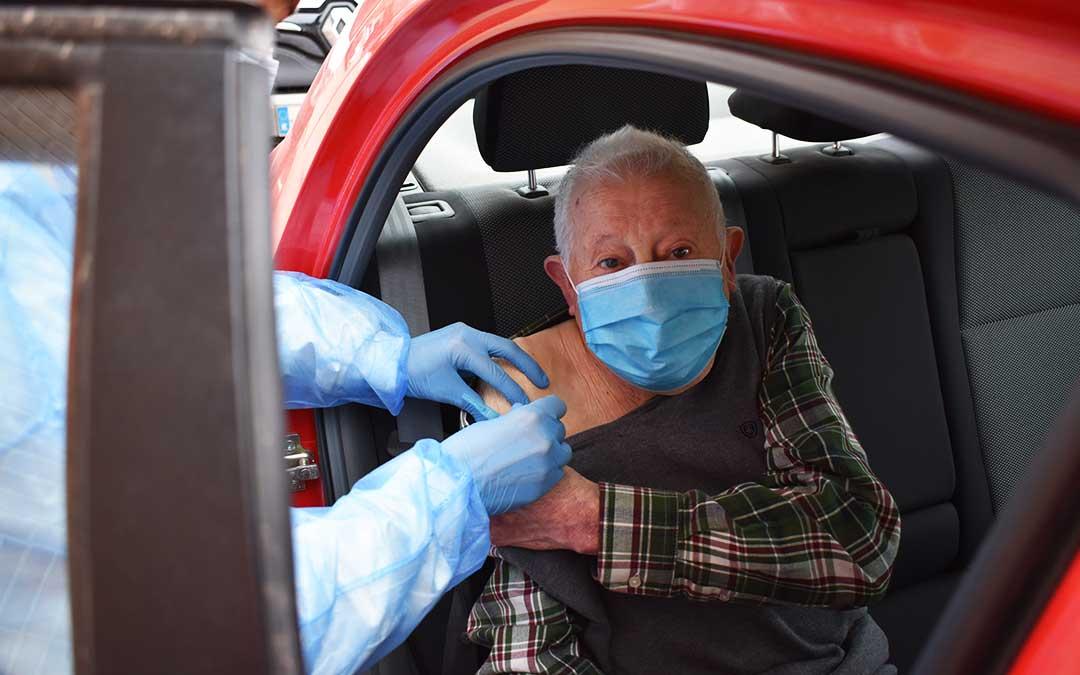El caspolino Joaquín Gimenez, de 89 años, ha acudido al Centro de Salud de Caspe en coche junto a su mujer Joaquina, de la misma edad, para recibir la primera dosis de la vacuna Pfizer. L.Q.V.