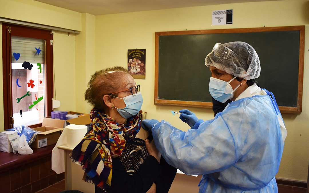 Consuelo Barberán, de 80 años, ha entrado por su propio pie a ponerse la vacuna. L.Q.V.