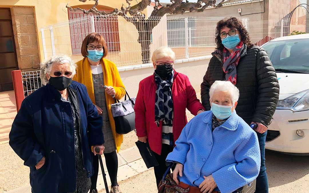 Las chipranescas Josefa Rabinad y Concha Piazuelo. de 93 y 88 años, al llegar al Centro de Salud para recibir su vacuna, acompañadas. Imagen: Ayto Chiprana