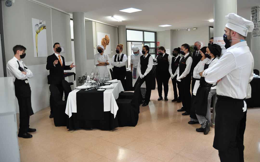 Los actuales profesionales fueron los que prepararon y cocinaron el menú a los alumnos.