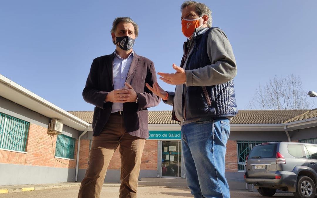 El portavoz de Cs Aragón, Daniel Pérez, durante la visita que ha realizado a Utrillas, junto al alcalde Joaquín Moreno./Cs
