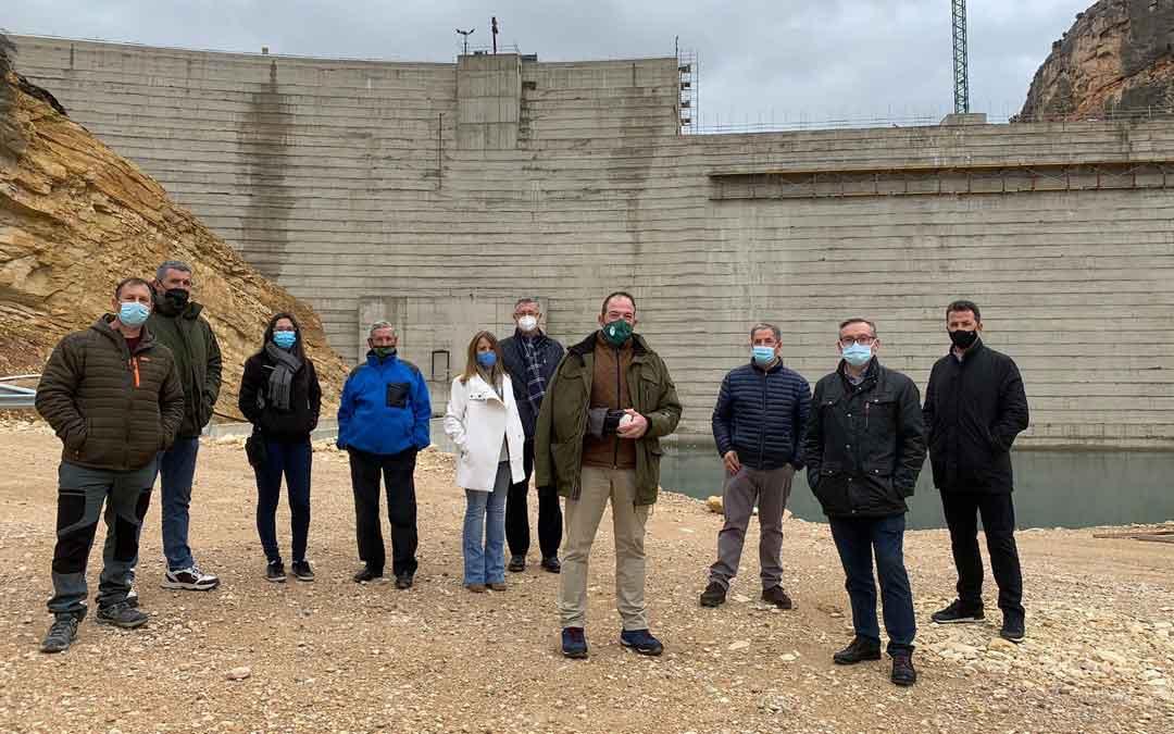 Los participantes en la visita a las obras de recrecimiento del embalse de Santolea. Foto: D.A.