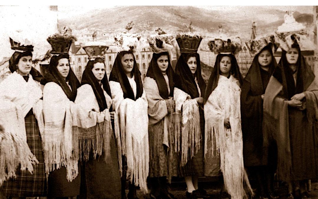 Mujeres con el pan bendito en 1945. (Imagen cedida por Jesús Abadía). / Vive Castelnou
