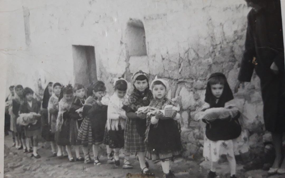 Las niñas el día de la misa en 1962 . (Imagen cedida por Pilar Lucea). / Vive Castelnou