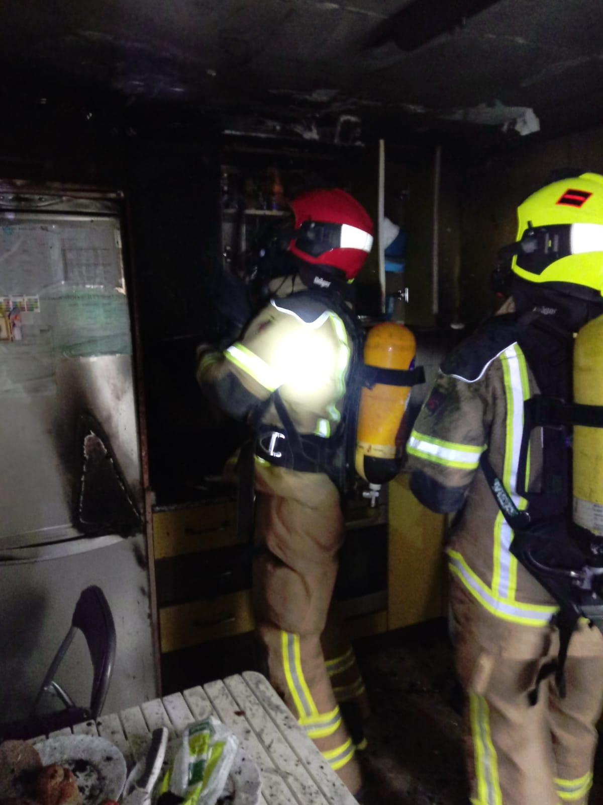 Estado en el que ha quedado la cocina incendiada / Bomberos DPT