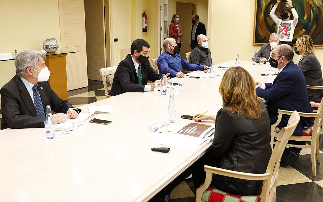 El Presidente de Aragón, Javier Lambán, y la consejera de Economía, Planificación y Empleo, Marta Gastón, se reúnen con los agentes sociales, UGT, CC.OO, Cepyme y CEOE-Aragón. / DGA