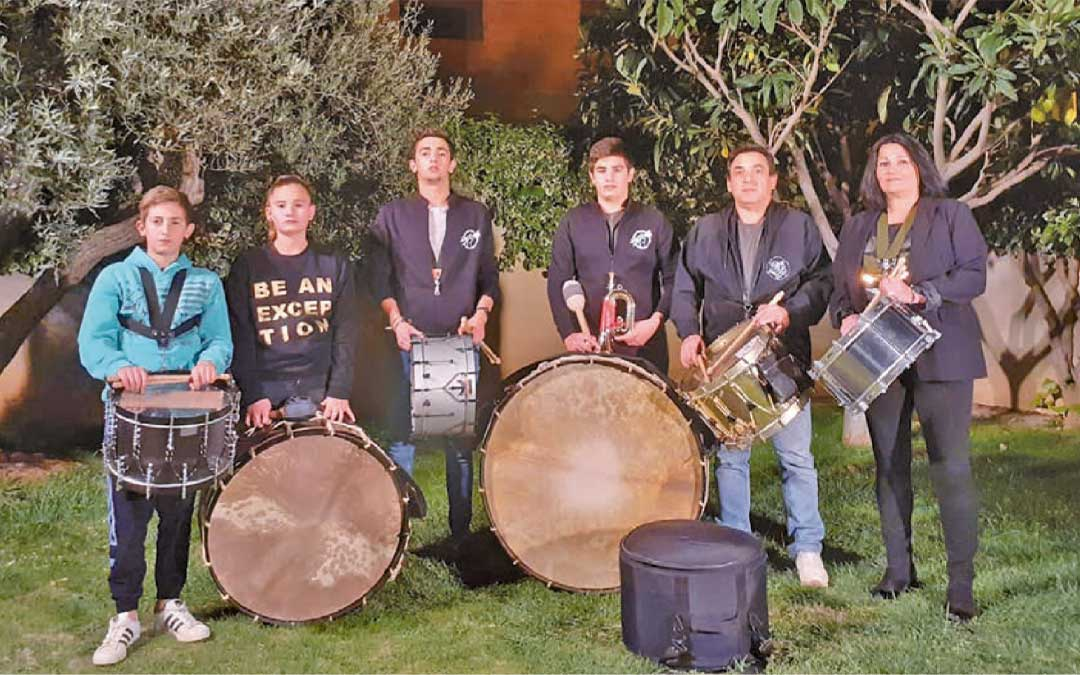 Samper de Calanda. El alcalde de Samper de Calanda, Alfonso Pérez, cumplió con la tradición rodeado de toda su familia haciendo sonar sus tambores y sus bombos en el jardín de su domicilio. L.C.
