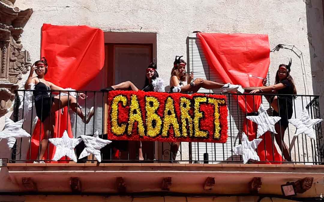 Mas de las Matas programó diferentes actos de «no fiestas» entre los que destacaron las «balcocarrozas». En la imagen, un auténtico cabaret en una de las terrazas de la localidad.