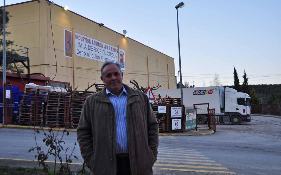 El presidente de Grupo Arcoiris, Delfín Albesa, junto al Matadero Comarcal.