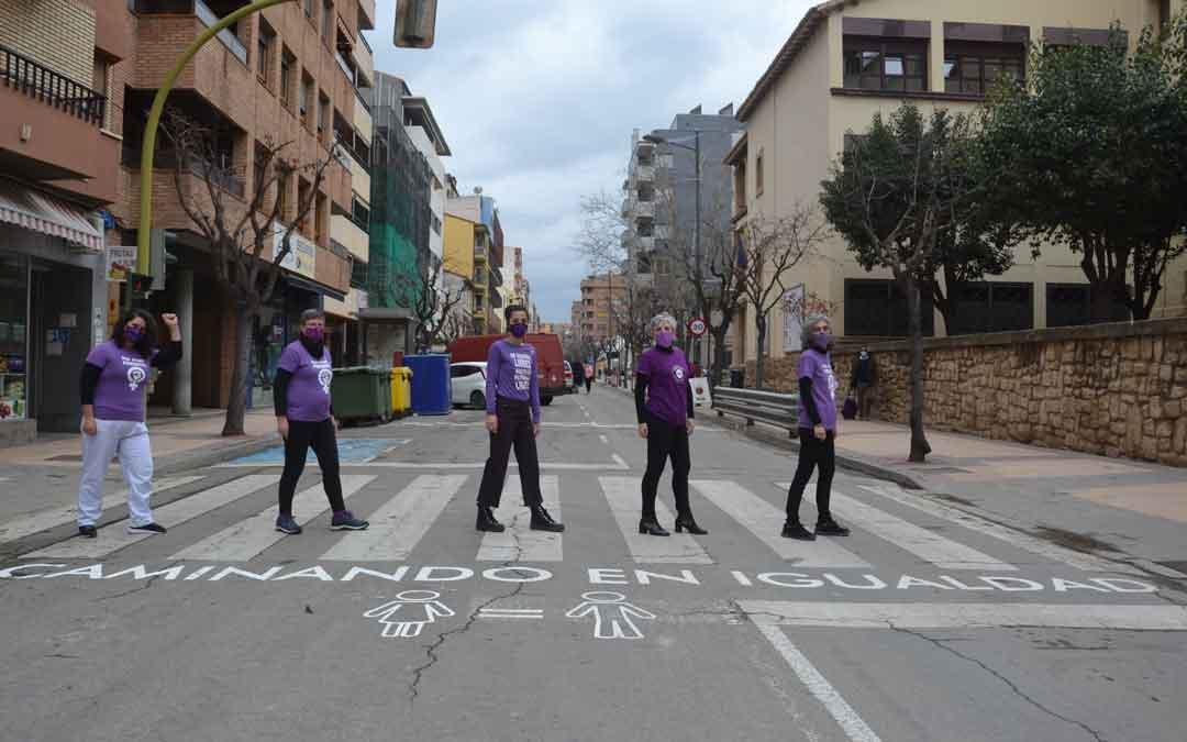 Componentes del Bajo Aragón Feminista este lunes en uno de los pasos de cebra de Alcañiz con mensaje reivindicativo. / MARÍA QUÍLEZ