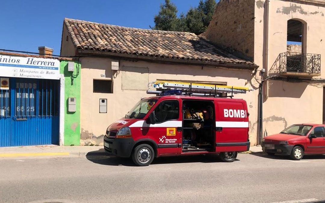 Los bomberos actuaron en la retirada de un enjambre de la avenida Bartolomé Esteban de Alcañiz./ Bomberos DPT
