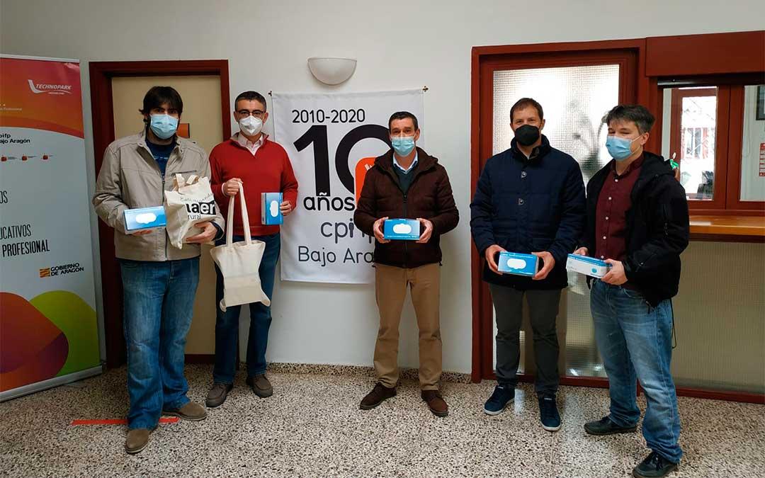 El Servicio de Juventud entrega mascarillas en el CPIFP Bajo Aragón en Alcañiz./ Comarca del Bajo Aragón