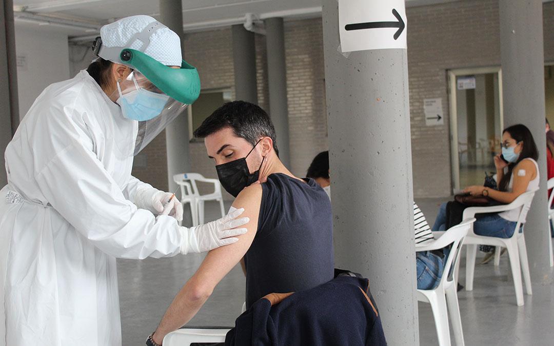 Un profesor del IES de Andorra recibiendo la vacuna este miércoles en Alcañiz./ BEATRIZ SEVERINO