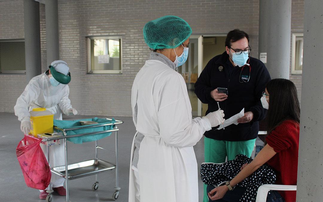 Una profesora de Caspe recibiendo la vacuna. / BEATRIZ SEVERINO