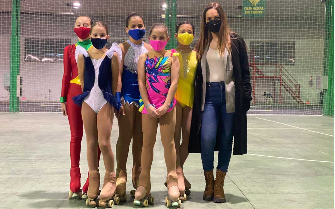 Las patinadoras alevines junto a su entrenadora que participaron en el trofeo. Foto: E.V.