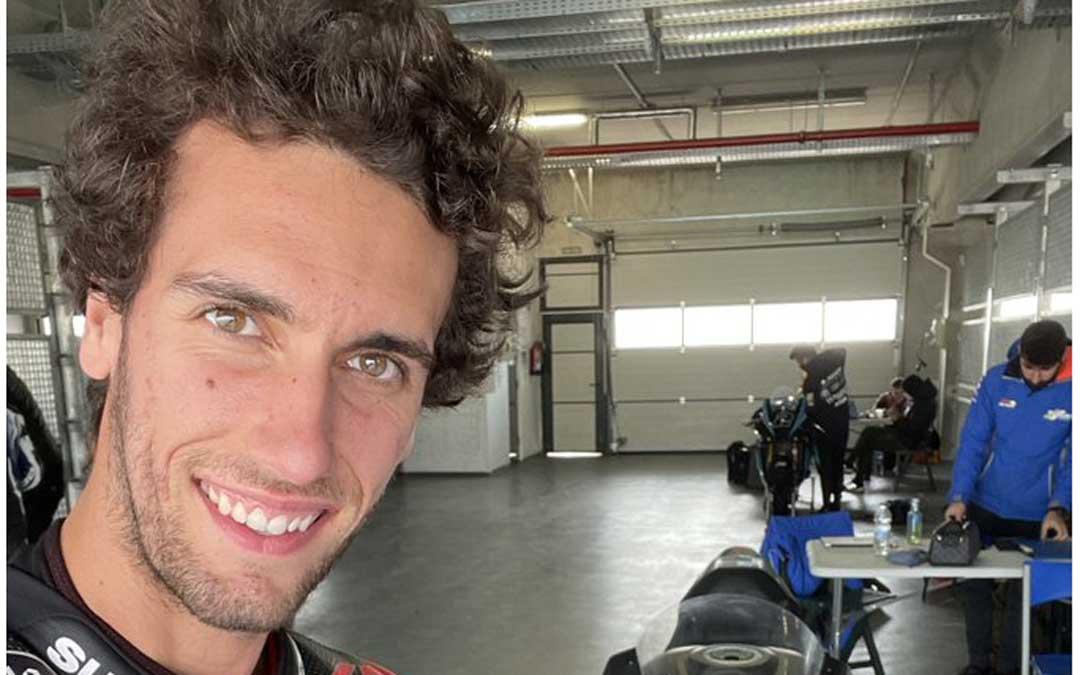 Álex Rins en el interior de uno de los boxes del circuito de velocidad de Motorland Aragón. Foto: Twitter Álex Rins