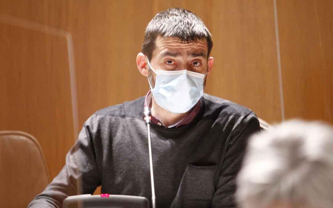 Álvaro Sanz (IU) se ha encargado de defender la PNL. / CORTES DE ARAGÓN