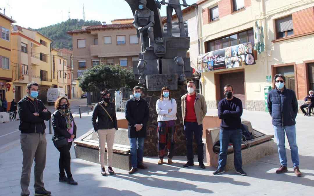 Álvaro Sanz con los ediles de Andorra y miembros de Izquierda Unida del Bajo Aragón ayer en el Regallo. / IU ARAGÓN