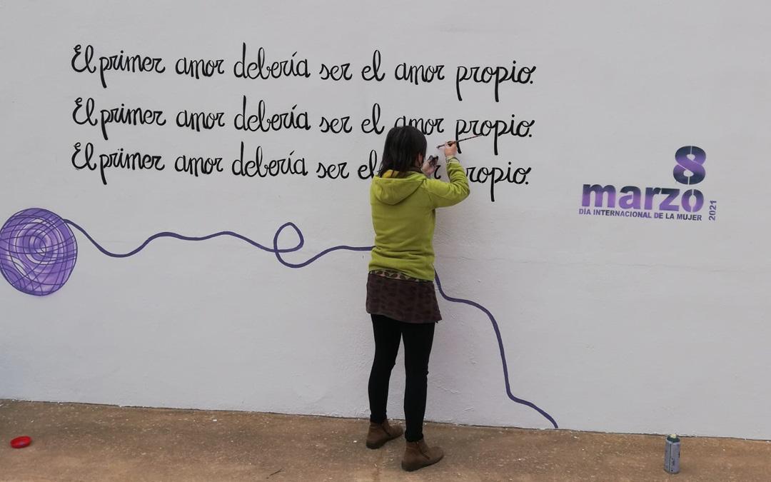 Este lema se plasmó en todos los pueblos de Andorra-Sierra de Arcos gracias a una intervención creativa a cargo de Noemí Calvo y Yago de Mateo. / Comarca Andorra Sierra de Arcos