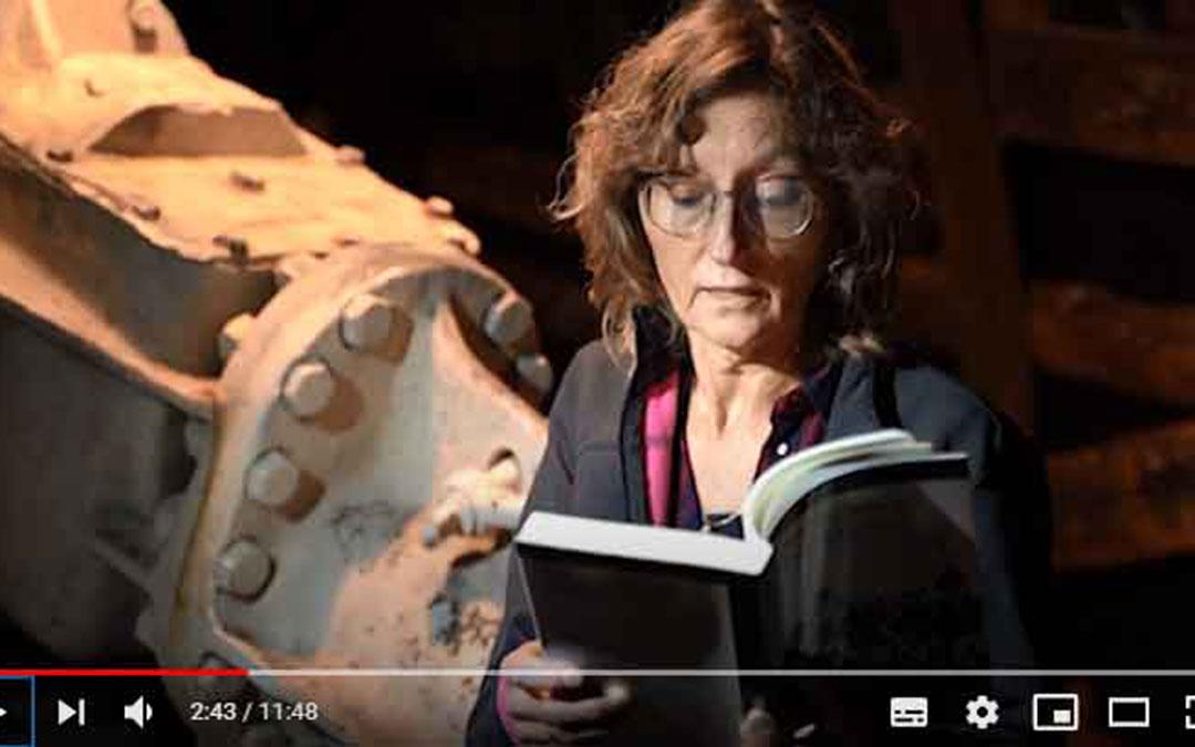 Un fragmento del vídeo en el que la bibliotecaria, Amparo Peguero, narra parte de la obra 'Hijos del carbón'. / L. C.